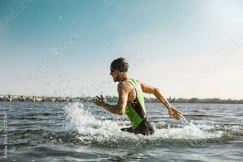 Fotografia Professional triathlete swimming in river's open water