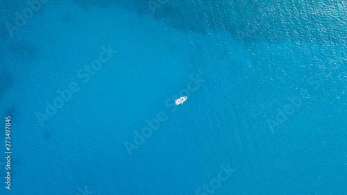 Foto One romantic alone boat in blue sea, bird's eyes view, Greece, Rhodes island