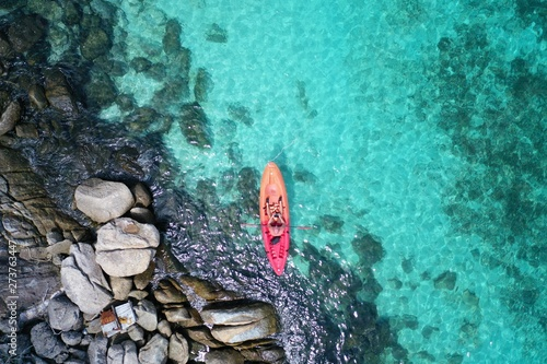 Fotografia Aerial drone view of in kayak in crystal clear lagoon sea water during summer day near Koh Lipe island in Thailand