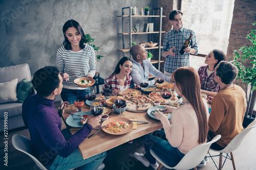 Close up photo friendly communicating festive company social crowd anniversary e Fototapet