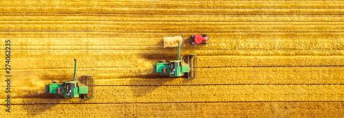 Harvester machine working in field Fototapet