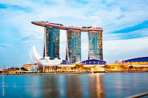 Obraz na plátně SINGAPORE, SINGAPORE - MARCH 2019: Skyline of Singapore Marina Bay at night with