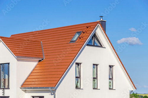 Stampa su Tela house with red tiled roof