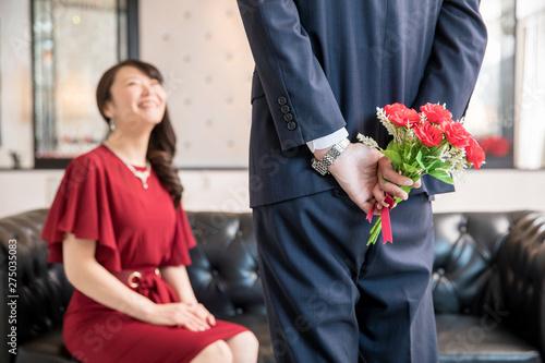 花束をプレゼントされる女性 Fototapete
