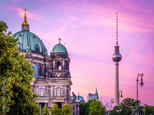 Naklejki na drzwi Dom berlińczyków po zachodzie słońca