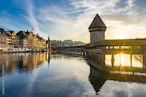 Carta da parati Panoramic view of city center of Lucerne with famous Chapel Bridge and lake Luce