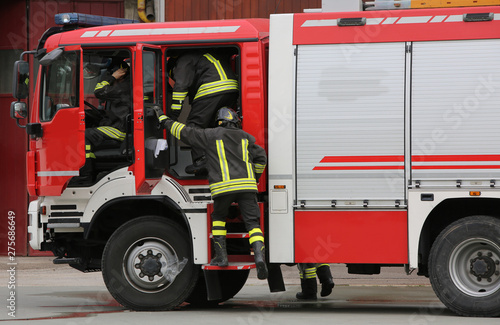 Fotografia, Obraz firefighters  and the fire engine