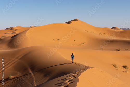 Tela Touriste qui marche dans les dunes, désert de Merzouga