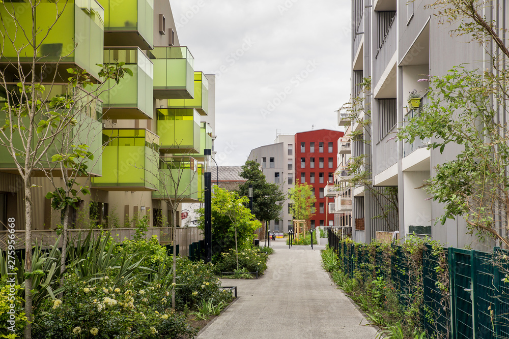 BORDEAUX. Walking through modern neighborhoods in Bordeaux, France <span>plik: #275956668 | autor: Laura</span>