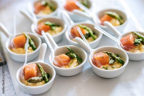 Carta da parati Tuna fish slices with green aspargus finger food