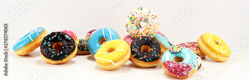 Fotografiet donuts in different glazes with chocolate