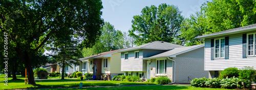 Photo Panorama of sunlit small suburban houses