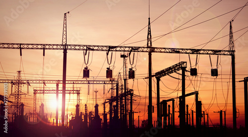 Photo silhouette of electric power substation at sunset