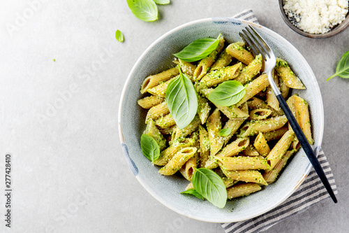 Fotografia Tasty appetizing pasta with pesto sauce