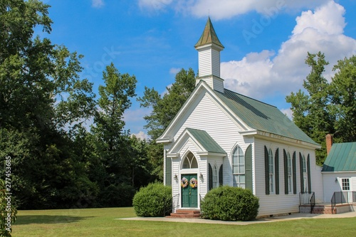Foto Small Quaint Country Church on a Bright Sunny Day