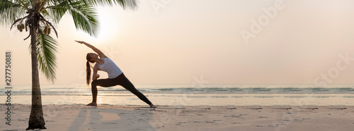 Fotografia, Obraz Yoga woman doing yoga exercise on the beach.