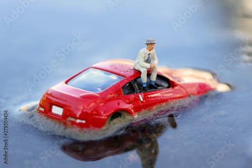 Photo 洪水で浸水した自動車とドライバー