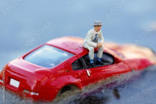 Wallpaper Mural 洪水で浸水した自動車とドライバー