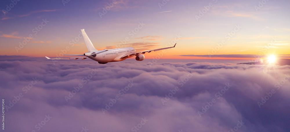 Pasażerski samolot komercyjny lecący ponad chmurami <span>plik: #278572430 | autor: Jag_cz</span>