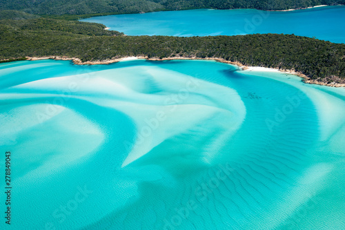 Hill Inlet from the air over Whitsunday Island - swirling white sands and blue g Fototapeta