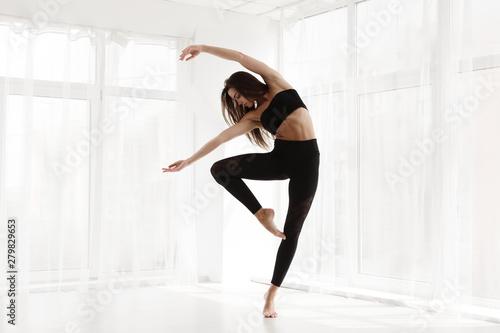 Photographie Graceful Contemp Dancer Training In Modern Studio. Copy Space