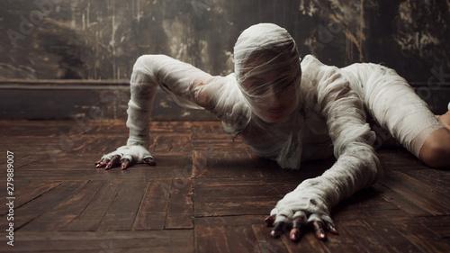 Canvastavla Scary mummy creeps on you