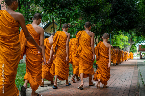 Valokuvatapetti Line of novice monks of Buddhism