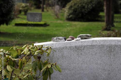 Photo kleine steine auf einem grabstein
