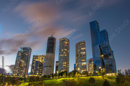 Fototapeta premium Santa Fe Mexico City Skyline o zmierzchu