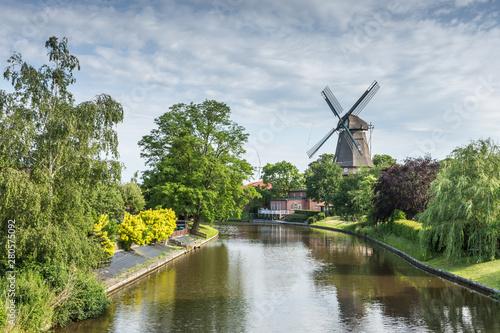 Fotografiet Windmühle in Hinte bei Emden an der Niedersächsischen Mühlenstraße, dreistöckige