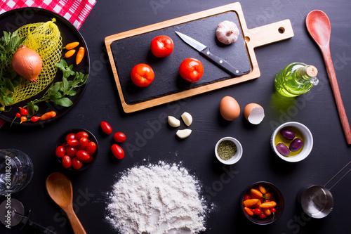 Canvas Print Igrendientes para preparo da pizza com azeite, azeitonas pretas, orégano, molho