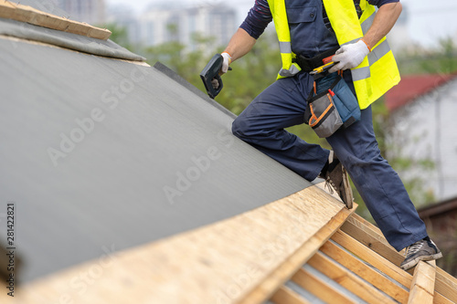 Fotografía Building construction process of new wooden roof on wood frame house