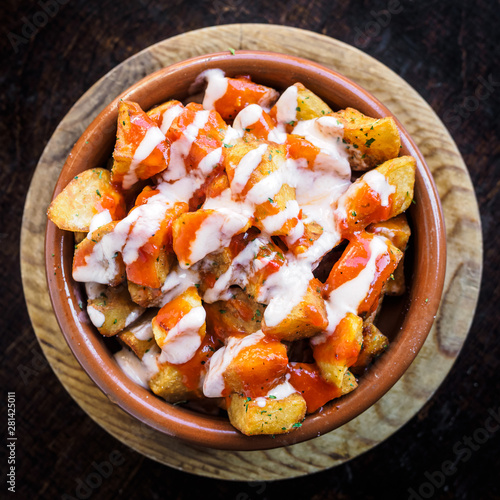 Fotografia Spanish potatoes patatas bravas for tapas with tomato and spicy sauce