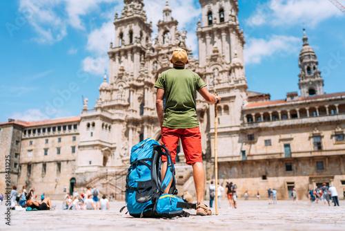 Foto Young backpacker man pilgrim standing on the Obradeiro square (plaza) - the main square in Santiago de Compostela as a end of his Camino de Santiago pilgrimage