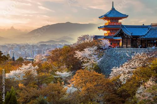 Fototapeta premium Japońska świątynia o zachodzie słońca