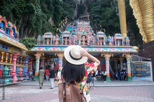 Photo A tourist woman is sightseeing at Batu cave Hindu temple in Kuala Lumpur, Malaysia
