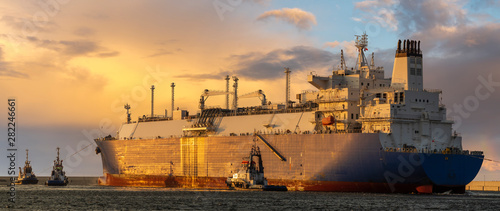 Fotografia LNG tanker during a liquefied gas supply operation to the LNG terminal in Świnou