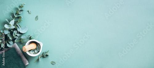 Fotografia Eucalyptus leaves and white mortar, pestle