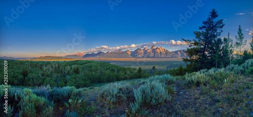 Fotografiet Panoramic view of early sun rays on the Grand Teton mountain range