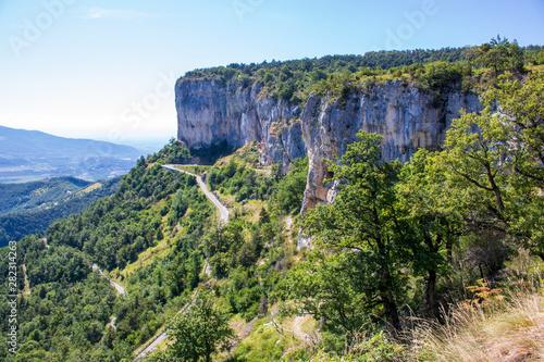 Les falaises et la route de Presles, massif du Vercors, Isère, France Fototapet
