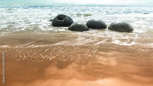 Fotografia boulders at the beach of Moeraki New Zealand