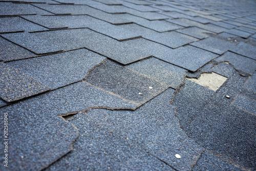 Fotografia Close up view of bitumen shingles roof damage that needs repair.