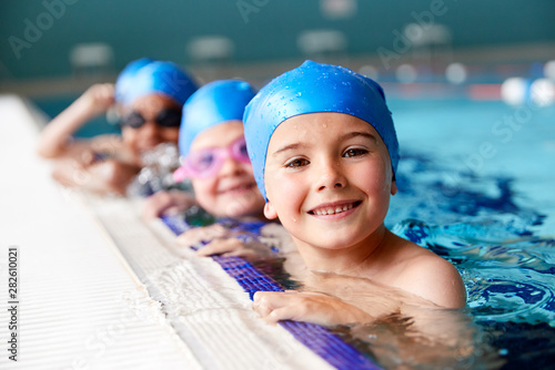 Photo Portrait Of Children In Water At Edge Of Pool Waiting For Swimming Lesson