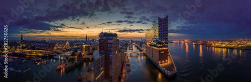 Hamburg Skyline im Sonnenaufgang mit Blick auf die Elbphilarmonie Fototapet