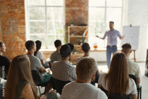 Fotografia Male speaker giving presentation in hall at university workshop