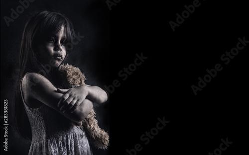 Fotografia Horror Scene of a Possessed children girl ghost halloween in dark cage pound roo