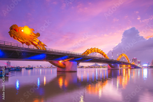 Carta da parati Dragon Bridge in Da Nang, vietnam at night