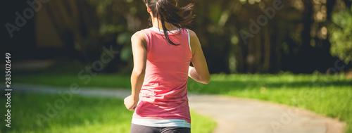 Photo Runner athlete running at park trail
