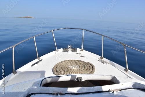 Fotografia prua di una barca che solca il mare calmo
