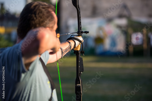 Photo Professional archer training outside, concentration to the target, archery sport